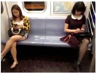 [覗き]最近ではすぐに捕まる電車のパンチラです!ミニスカートを下から覗いて来ました。
