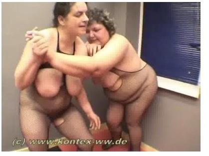 【巨乳・爆乳】巨乳の素人女性の巨乳・爆乳。[爆乳]キャットファイトというより女相撲?女子プロレス巨乳・爆乳です。-巨乳・爆乳