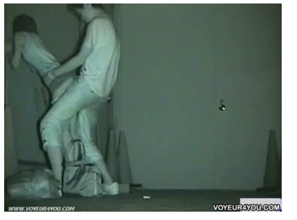 【地下通路でレイプ動画】[盗撮]若い大学生カップルが地下通路で立ちオマンコです!公園盗撮動画です。-盗撮