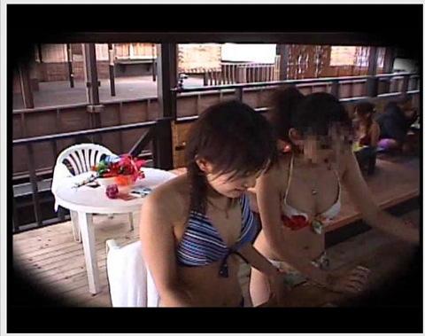【女子大生 マッサージ 海の家】女子大生のマッサージ動画。[盗撮]海の家でエロマッサージの説明を受けて興奮してる姉二人!エロマッサージ女子大生 マッサージ 海の家です。-マッサージ